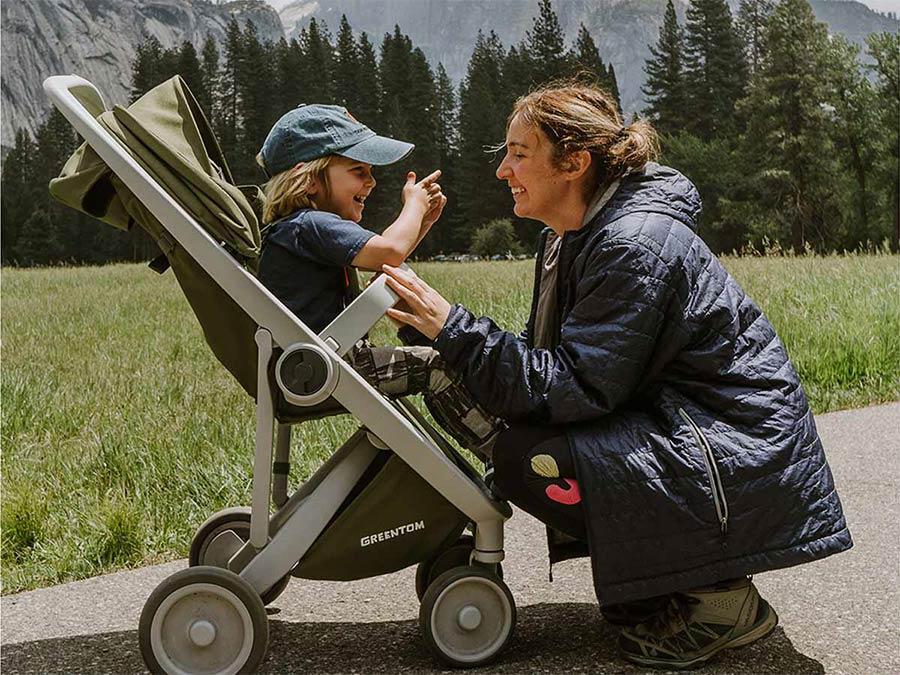 mamička s dieťatkom v kočíku Greentom