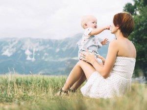 mamička s dieťatkom na lúke v oblečení Kitikate