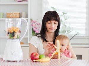 mamička pripravuje pokrm svojmu dieťatku