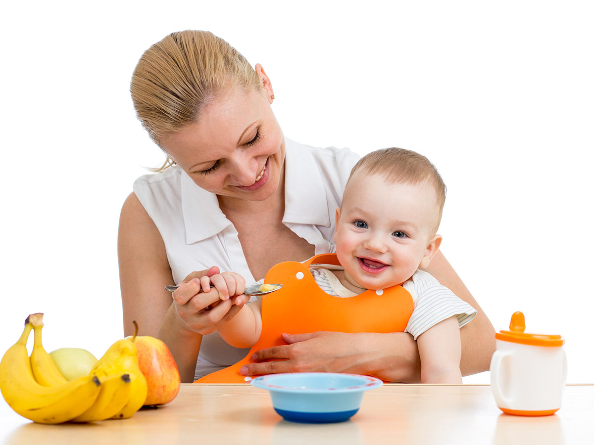 veselá mamička a dieťa pri kŕmení