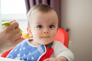 zvedavé dieťa zašpinené jedlom okolo úst