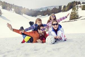 rodičia s deťmi na snehu