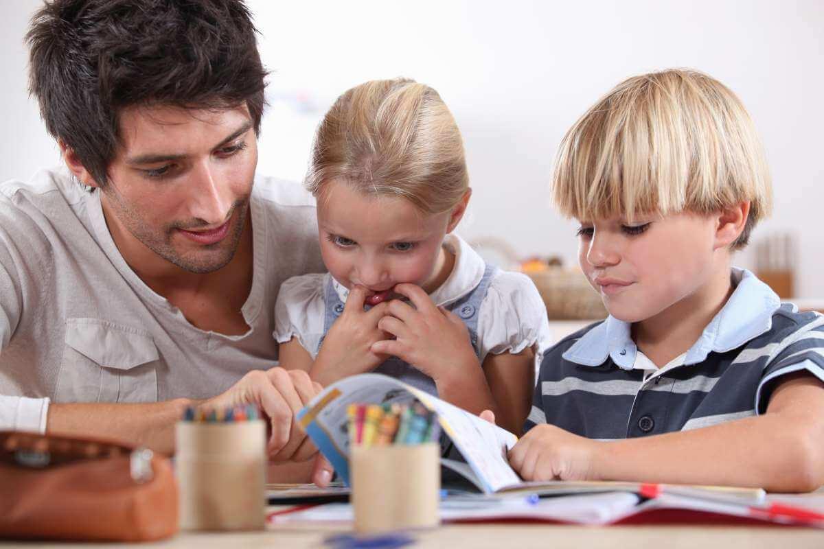 otec sa učí s deťmi